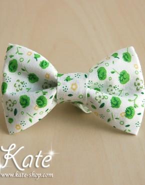 Бяла папионка на зелени цветя